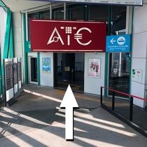 ①2番出口より矢印の方向にお進みください。