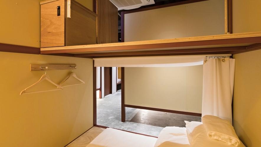 ■デラックスドミトリー(男女混合)/2段ベッドの上段と下段が繋がっているので、立って着替えることも!