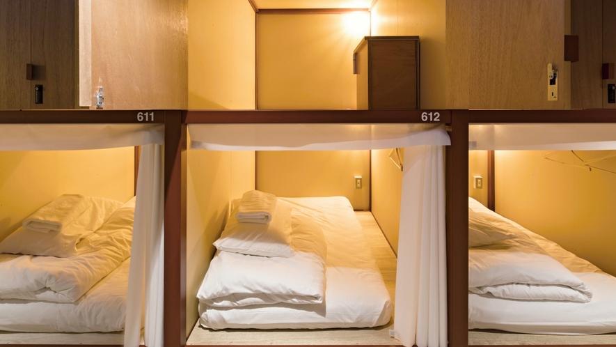 ■デラックスドミトリー(男女混合)/2段ベッドの上段と下段が繋がっているので、立っての着替えも可能!