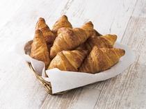 クロワッサンは毎朝ホテルにて焼いております。バターの香りとサクサクっとした食感もお楽しみください