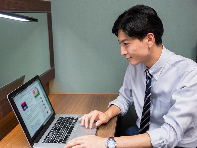 【客室】PCを広げても余裕のあるデスクスペース※イメージ