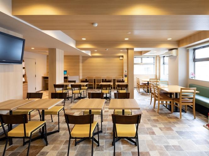 【ラウンジスペース】明るく開放的なラウンジスペースにてご朝食やウェルカムドリンクをお召し上がり下さい