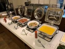 【ご朝食バイキング】料理の一例 スクランブルエッグ・筑前煮・ソーセージなど