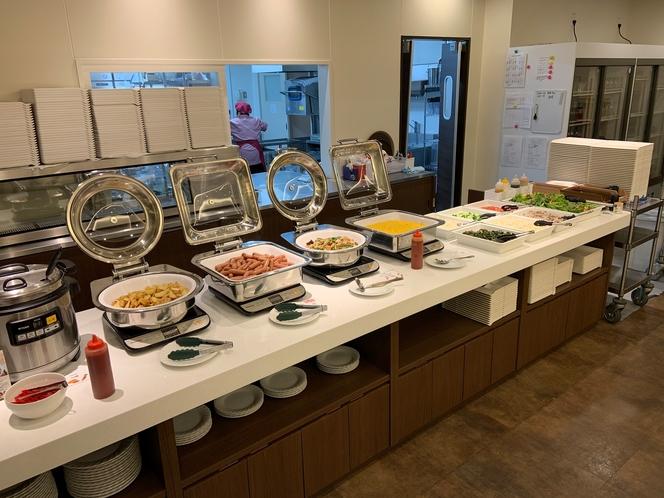 【ご朝食バイキング】料理の一例 サラダ・スクランブルエッグ・筑前煮・ソーセージなど
