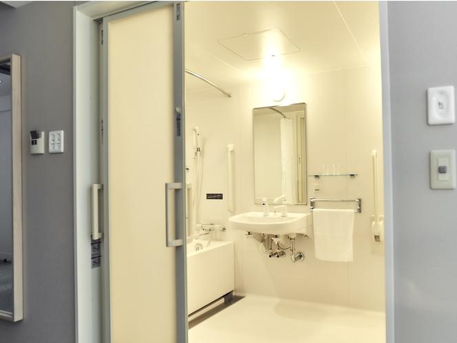 ユニバーサルルームの浴室