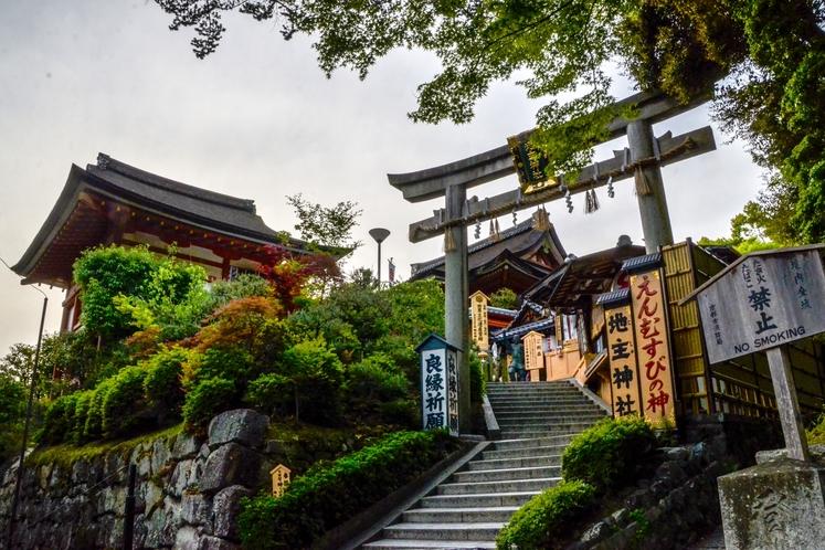 えんむすびの神の地主神社も近くに!カップルでお参りしてみませんか?