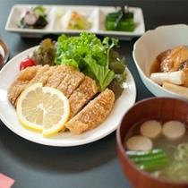 白金豚のとんかつと三陸産のお魚を味わうたらふくセット(イメージ)