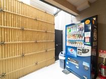 自動販売機で冷たいお飲み物もご用意しております!