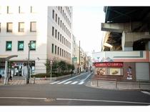アクセス⑧【大通りの横断歩道を渡ると当ホテルが見えます】