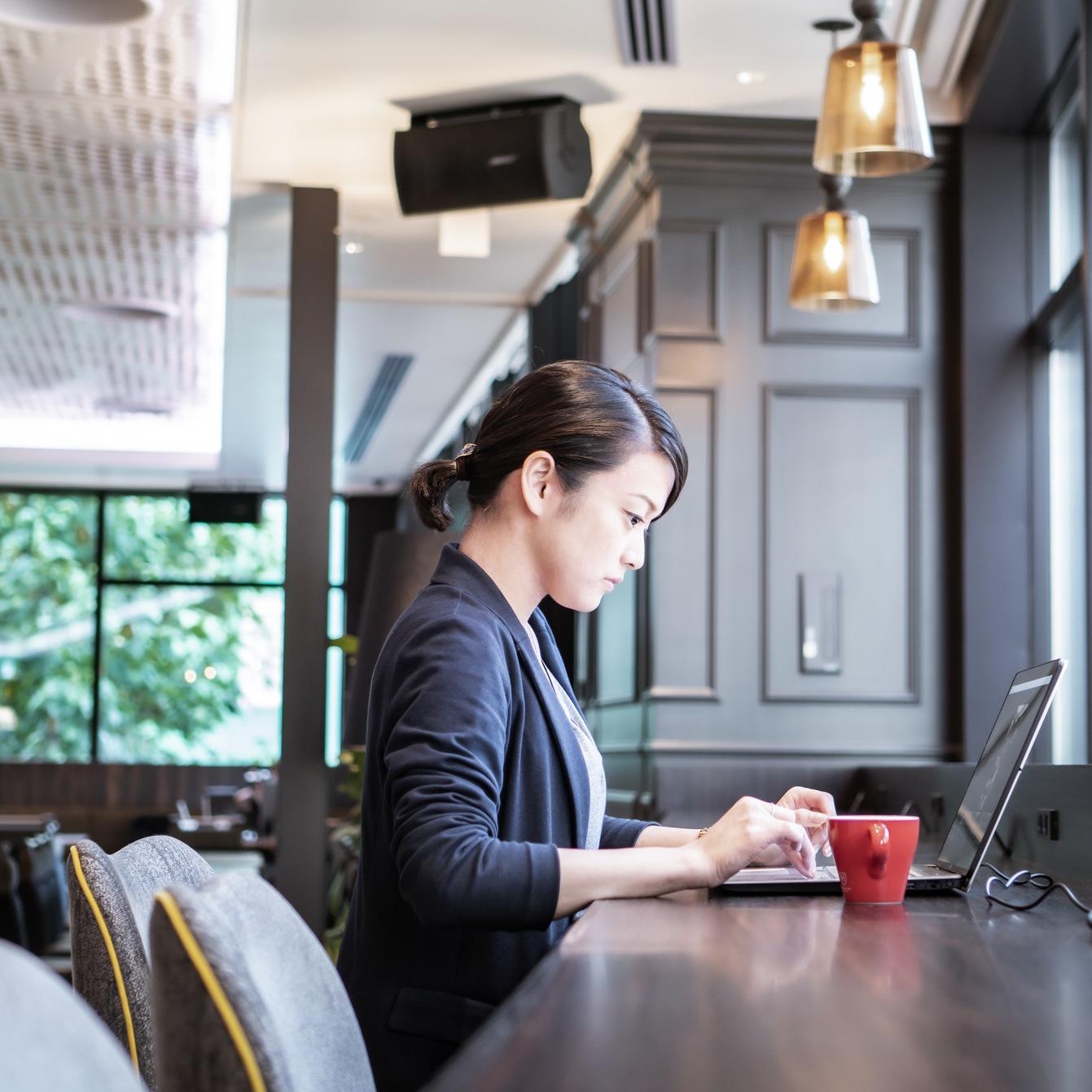 ラウンジにはカウンター席もご用意。無料のコーヒー片手に読書やお仕事の、ワーケーションも可能。