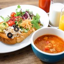 朝食は日替わりスープと、サラダブッフェから具材を選べるサラダトースト。