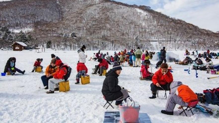 ■赤城山わかさぎ釣り(写真提供:前橋観光協会)