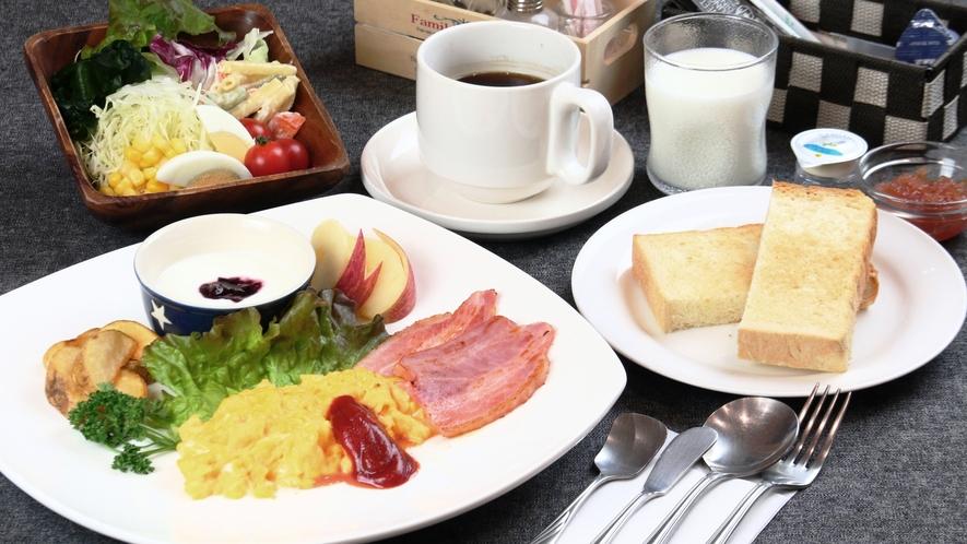 【料理】選べる朝食。大好評の自家製パンとスクランブルエッグセットです。