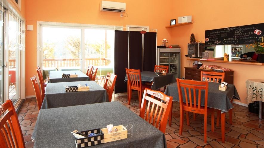 【館内】浅間山を望む大きな窓と高い天井のレストランは開放感抜群!テラス席もあります。