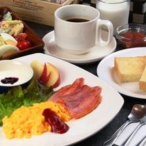 【食事】選べる朝食。大好評の自家製パンとスクランブルエッグセット。