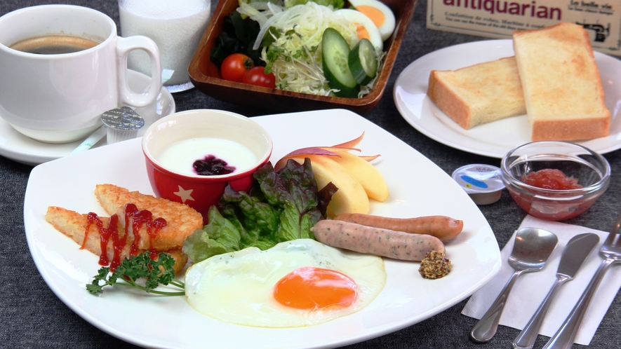 【料理】朝食。大好評の自家製トーストととろける目玉焼きセットです。