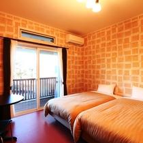 【客室】ツインルーム(E)です。あたたかいレンガ風壁紙のお部屋。