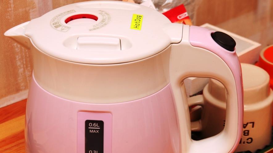 【客室】ツインルーム(E)です。全室冷蔵庫、湯沸かしポットがあります。