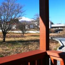 【客室】ツインルーム(B)です。浅間山が見えるベランダ。