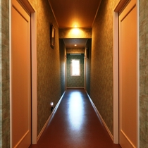 【館内】全5室の落ち着いた空間です。平屋建てなので年を重ねたワンちゃんにも人にも安心。