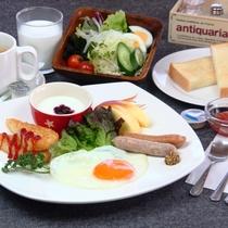 【料理】選べる朝食。大好評の自家製トーストととろける目玉焼きセット。