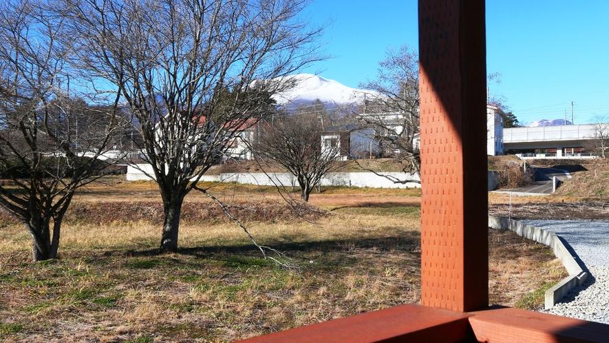 【客室】ツインルーム(B)です。 浅間山が見えるベランダ。