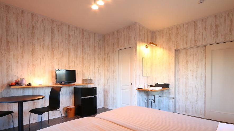 【客室】ツインルーム(D)です。 全室冷蔵庫、湯沸かしポットがあります。