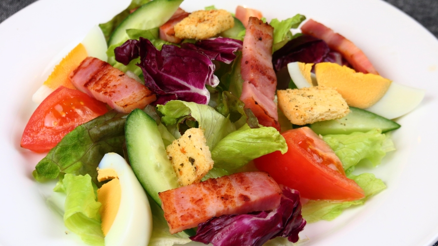 【料理】夕食 の一例。季節の自家栽培野菜をたっぷり使った洋食の創作ディナーコース。