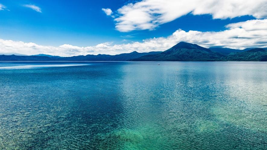 ■雄大な山並みに囲まれ、美しい水を湛えた支笏湖