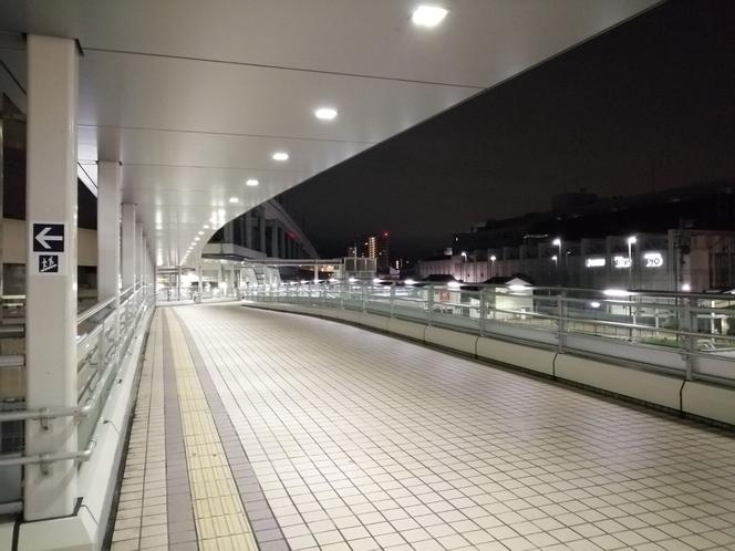 階段を上って、歩道橋を渡ります。
