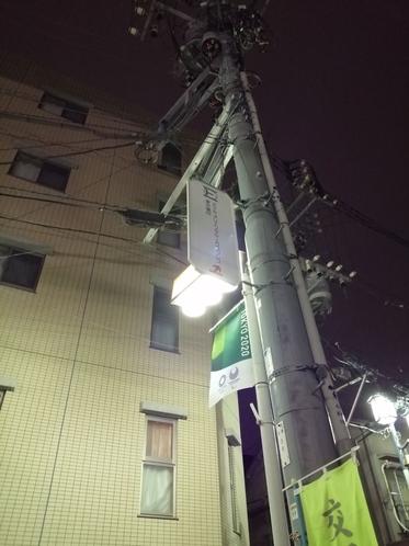 電柱にもホテルの案内があります。