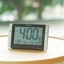 客室備品:デジタル時計(目覚まし機能付き)