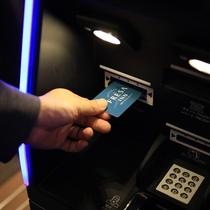 新型コロナウイルス対策:カードキー受取は人の手を介さず、機械より出てまいります。