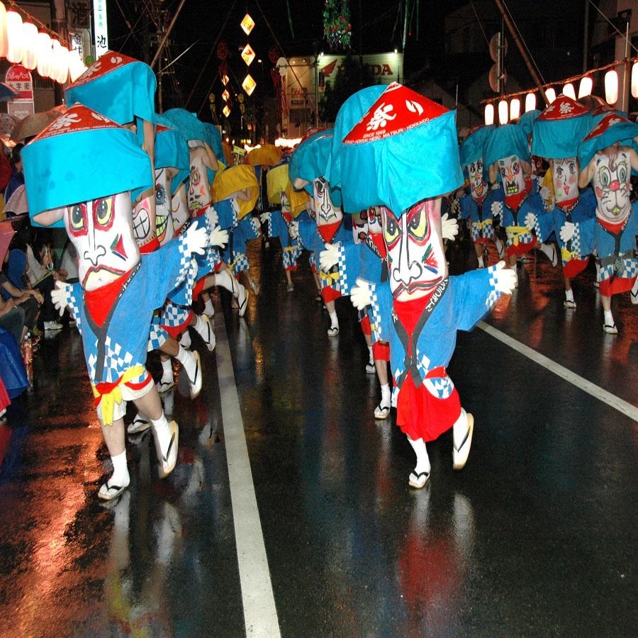 へそ踊り:お腹に図腹と呼ばれる顔を描き、街を練り歩き踊るユニークな真夏のお祭り。