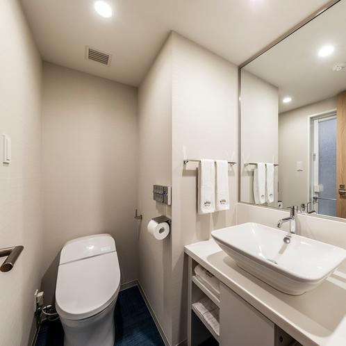 独立型の洗面台とトイレ