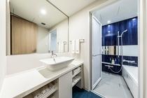 広い洗面台とバスルーム