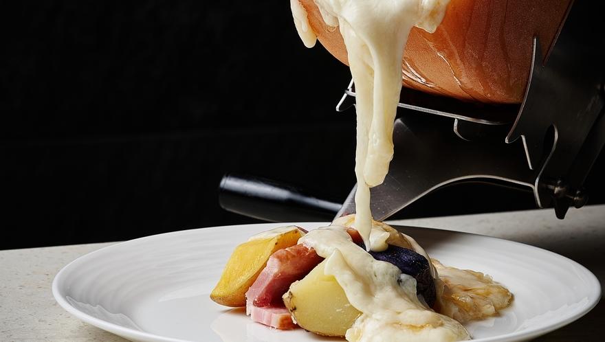 【ライブキッチン】香り高い十勝産モールウォッシュラクレットチーズは、道産野菜などお好きな具材にかけて