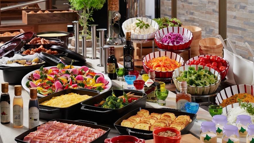 季節に合わせた旬の北海道産食材を取り入れた和洋朝食ブッフェ。毎朝6時よりOPEN!