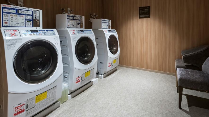 2階に24時間利用可能なコインランドリー4台設置(別途女性大浴場内に2台設置)