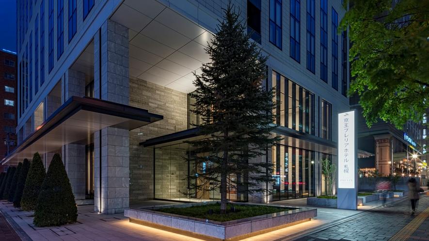 エントランス前にある大きなシンボルツリー。クリスマス時季のイルミネーションは見ごたえあり♪