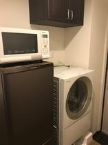 洗濯機、2ドア冷蔵庫、電子レンジ、簡易キッチン
