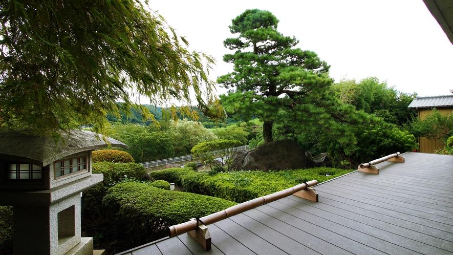 宴会場からは庭も見えその先には久慈川も見える自然に囲まれた場所です。