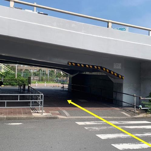駅からの案内④高架下を抜けた後、さらに横断歩道を渡ります。