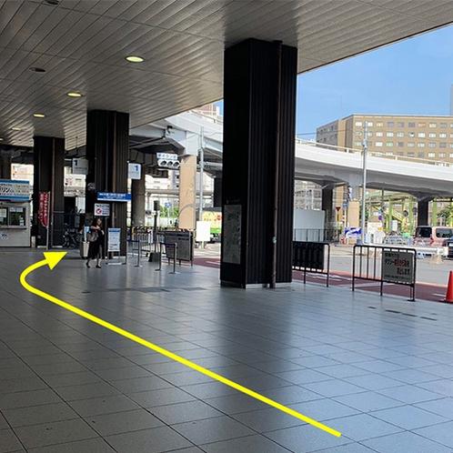駅からの案内②左手に進むと、右手に大阪(伊丹)空港行きのバス乗り場が見えてきます。バス乗り場の奥に横