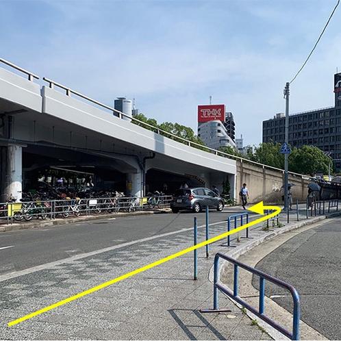 駅からの案内③そのまま直進し、左手の横断歩道を渡り、高架下を進みます。