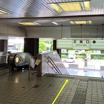 駅からの案内①JR「新大阪」駅【正面口】へと向かい、1階に降ります。