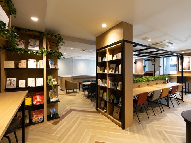 【ライブラリーカフェ】様々なジャンルの本から、お気に入りの本を見つけるのはいかがでしょうか。