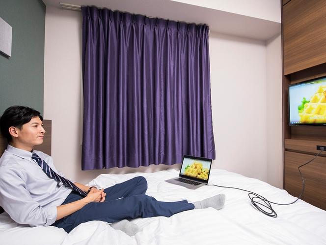【客室】フロント貸出のHDMIケーブルを使えば、PCやスマホの動画もテレビに映せます。