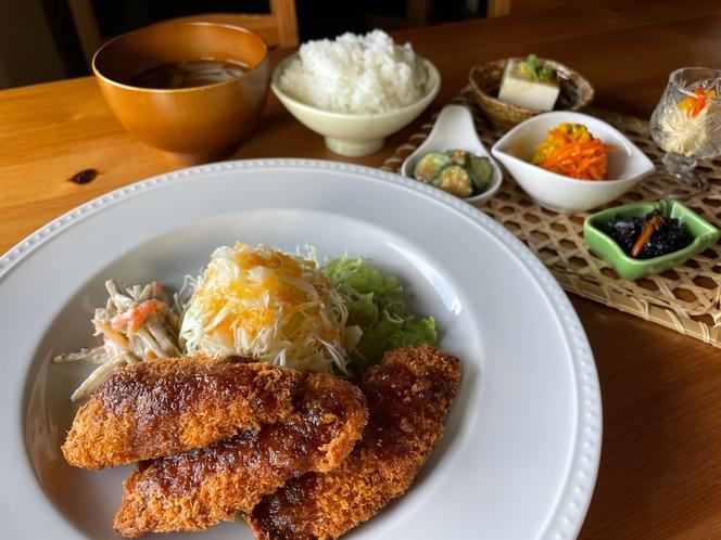 4種類の中から選べる♪古民家レストランの夜ごはん。和歌山といえば「マグロ」まぐろカツのおろしポン酢