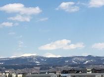 黒石市内から見る八甲田山